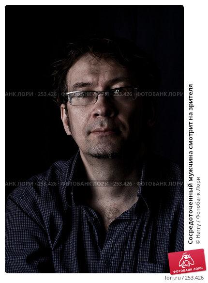 Сосредоточенный мужчина смотрит на зрителя, фото № 253426, снято 22 марта 2008 г. (c) Harry / Фотобанк Лори
