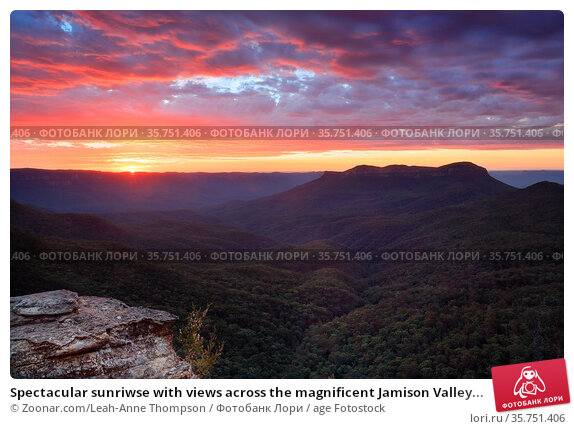 Spectacular sunriwse with views across the magnificent Jamison Valley... Стоковое фото, фотограф Zoonar.com/Leah-Anne Thompson / age Fotostock / Фотобанк Лори