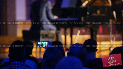 Купить «Spectators at concert - people shooting performance on smartphone, scottish musicians», видеоролик № 27271758, снято 13 декабря 2017 г. (c) Константин Шишкин / Фотобанк Лори