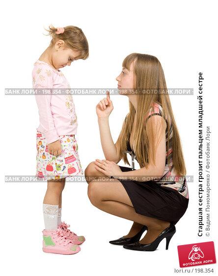 Старшая сестра грозит пальцем младшей сестре, фото № 198354, снято 16 декабря 2007 г. (c) Вадим Пономаренко / Фотобанк Лори