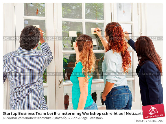 Startup Business Team bei Brainstorming Workshop schreibt auf Notizzettel. Стоковое фото, фотограф Zoonar.com/Robert Kneschke / age Fotostock / Фотобанк Лори