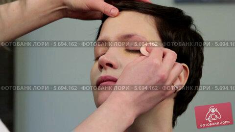 Купить «Стилист делает макияж молодой женщине», видеоролик № 5694162, снято 10 февраля 2014 г. (c) Иван Артемов / Фотобанк Лори