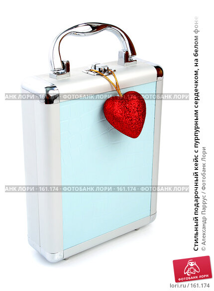 Стильный подарочный кейс с пурпурным сердечком, на белом фоне, фото № 161174, снято 25 июня 2007 г. (c) Александр Паррус / Фотобанк Лори