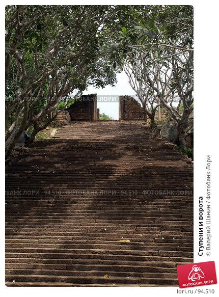 Купить «Ступени и ворота», фото № 94510, снято 29 мая 2007 г. (c) Валерий Шанин / Фотобанк Лори