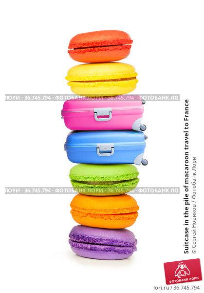 Suitcase in the pile of macaroon travel to France. Стоковое фото, фотограф Сергей Новиков / Фотобанк Лори