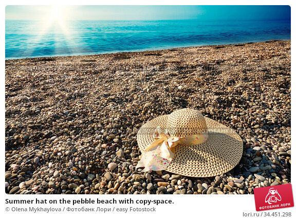 Summer hat on the pebble beach with copy-space. Стоковое фото, фотограф Olena Mykhaylova / easy Fotostock / Фотобанк Лори