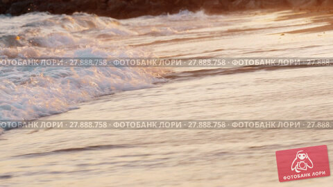 Купить «Sunset scene of foamy sea waves rolling in on the shore», видеоролик № 27888758, снято 22 апреля 2019 г. (c) Данил Руденко / Фотобанк Лори