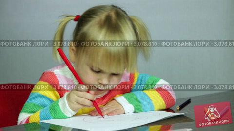 Купить «Светловолосая девочка рисует», видеоролик № 3078810, снято 21 декабря 2011 г. (c) Дмитрий Наумов / Фотобанк Лори