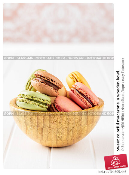 Sweet colorful macarons in wooden bowl. Стоковое фото, фотограф Zoonar.com/JIRI HERA / easy Fotostock / Фотобанк Лори