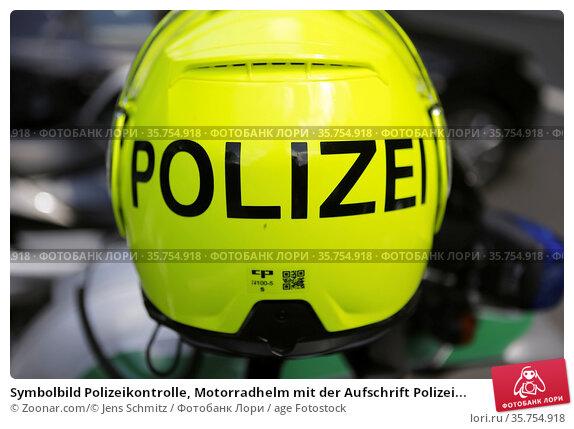 Symbolbild Polizeikontrolle, Motorradhelm mit der Aufschrift Polizei... Стоковое фото, фотограф Zoonar.com/© Jens Schmitz / age Fotostock / Фотобанк Лори
