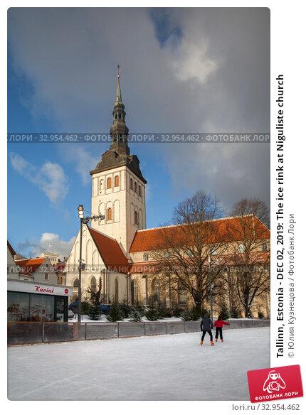 Tallinn, Estonia - DEC 02, 2019: The ice rink at Niguliste church. Редакционное фото, фотограф Юлия Кузнецова / Фотобанк Лори