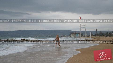 Купить «Tanned Boy runs along the coast on the golden sand», видеоролик № 29435218, снято 19 марта 2019 г. (c) Константин Мерцалов / Фотобанк Лори