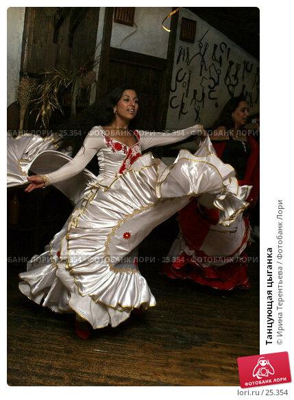 Танцующая цыганка, эксклюзивное фото № 25354, снято 26 августа 2006 г. (c) Ирина Терентьева / Фотобанк Лори