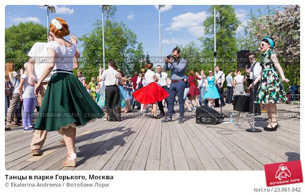Купить «Танцы в парке Горького, Москва», фото № 23061042, снято 9 мая 2016 г. (c) Ekaterina Andreeva / Фотобанк Лори