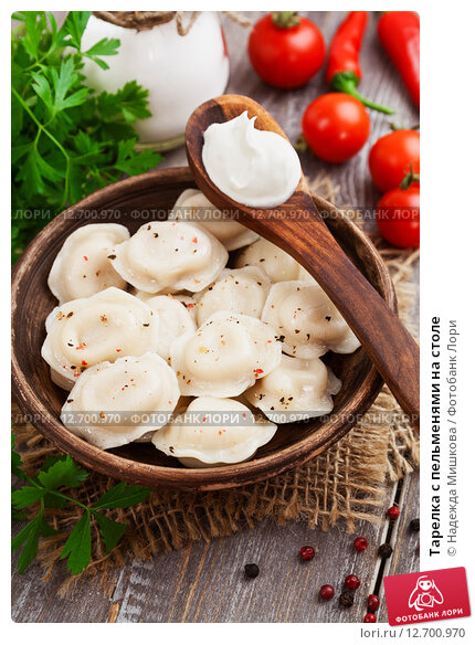 Купить «Тарелка с пельменями на столе», фото № 12700970, снято 16 сентября 2015 г. (c) Надежда Мишкова / Фотобанк Лори