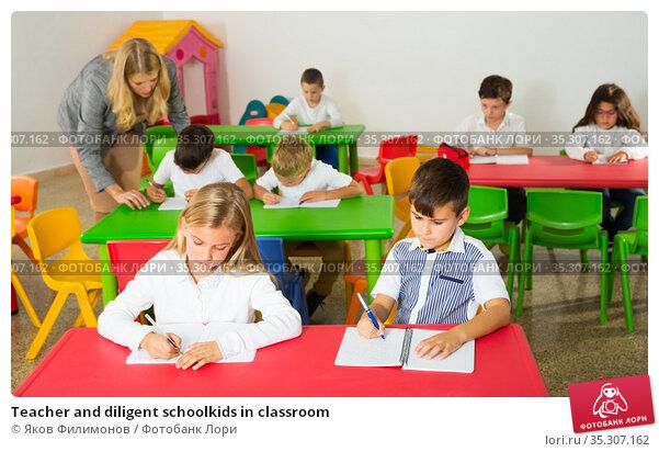Teacher and diligent schoolkids in classroom. Стоковое фото, фотограф Яков Филимонов / Фотобанк Лори
