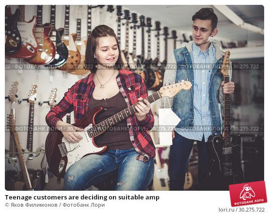 Купить «Teenage customers are deciding on suitable amp», фото № 30275722, снято 14 февраля 2017 г. (c) Яков Филимонов / Фотобанк Лори