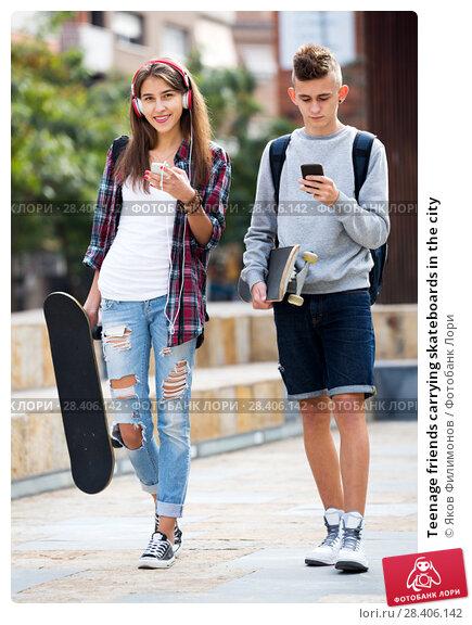 Купить «Teenage friends carrying skateboards in the city», фото № 28406142, снято 28 сентября 2018 г. (c) Яков Филимонов / Фотобанк Лори