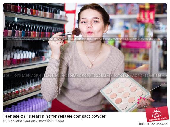 Teenage girl is searching for reliable compact powder. Стоковое фото, фотограф Яков Филимонов / Фотобанк Лори