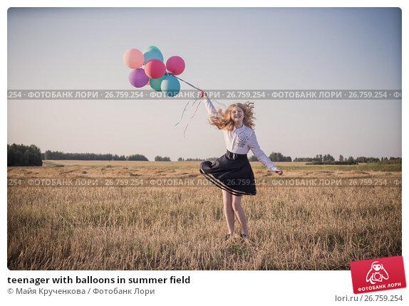 teenager with balloons in summer field, фото № 26759254, снято 12 августа 2017 г. (c) Майя Крученкова / Фотобанк Лори
