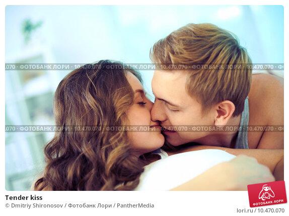 фото девушки нежно целуются