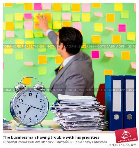 The businessman having trouble with his priorities. Стоковое фото, фотограф Zoonar.com/Elnur Amikishiyev / easy Fotostock / Фотобанк Лори