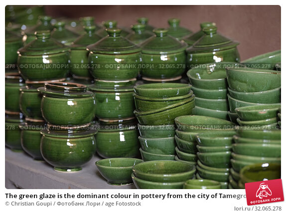 The green glaze is the dominant colour in pottery from the city of Tamegroute, Draa River valley, Province of Zagora, Region Draa-Tafilalet, Morocco, North West Africa. Стоковое фото, фотограф Christian Goupi / age Fotostock / Фотобанк Лори