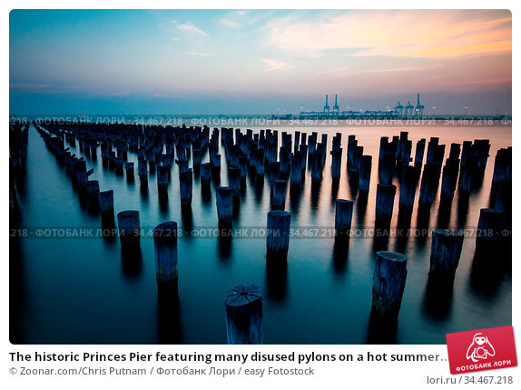 The historic Princes Pier featuring many disused pylons on a hot summer... Стоковое фото, фотограф Zoonar.com/Chris Putnam / easy Fotostock / Фотобанк Лори
