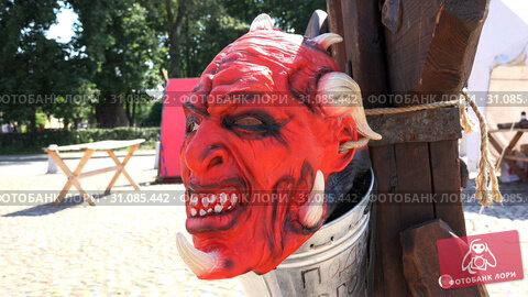 Купить «The red devil's mask with a rope tied to a pole», видеоролик № 31085442, снято 19 ноября 2018 г. (c) Aleksandr Sulimov / Фотобанк Лори