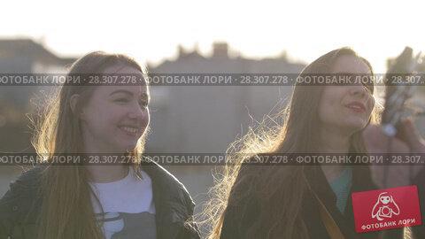 Купить «Three friends singing with the guitar at the sunset outdoors», видеоролик № 28307278, снято 18 декабря 2018 г. (c) Константин Шишкин / Фотобанк Лори