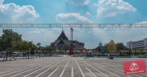 Купить «Timelapse of Wat Suthat Temple, view from Larn Kon Mueng. Bangkok, Thailand. NOV 21, 2018», видеоролик № 30949902, снято 21 ноября 2018 г. (c) Александр Маркин / Фотобанк Лори