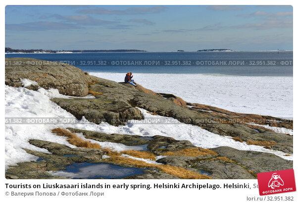 Tourists on Liuskasaari islands in early spring. Helsinki Archipelago. Helsinki, Suomi (2018 год). Редакционное фото, фотограф Валерия Попова / Фотобанк Лори