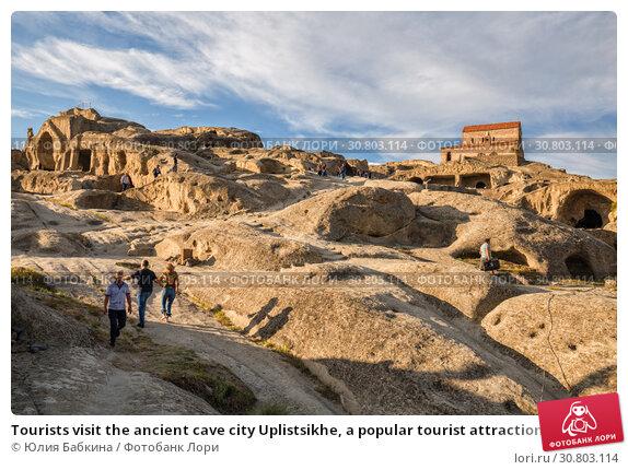Купить «Tourists visit the ancient cave city Uplistsikhe, a popular tourist attraction in Georgia», фото № 30803114, снято 30 сентября 2018 г. (c) Юлия Бабкина / Фотобанк Лори