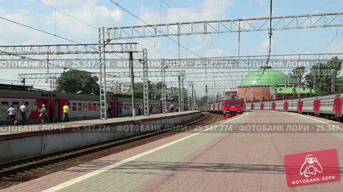 Train on Leningradsky railway station-- is one of the nine main railway stations of Moscow, Russia (2017 год). Редакционное видео, видеограф Владимир Журавлев / Фотобанк Лори