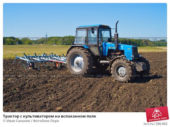 Трактор с культиватором на вспаханном поле, фото № 206062, снято 7 сентября 2004 г. (c) Иван Сазыкин / Фотобанк Лори