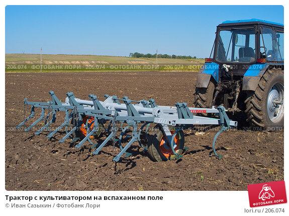 Купить «Трактор с культиватором на вспаханном поле», фото № 206074, снято 7 сентября 2004 г. (c) Иван Сазыкин / Фотобанк Лори