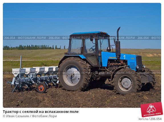 Трактор с сеялкой на вспаханном поле, фото № 206054, снято 7 сентября 2004 г. (c) Иван Сазыкин / Фотобанк Лори