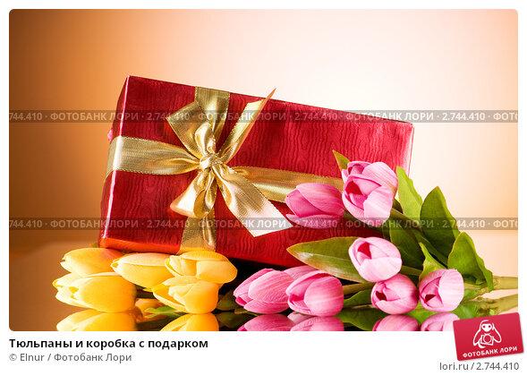 Купить «Тюльпаны и коробка с подарком», фото № 2744410, снято 12 апреля 2019 г. (c) Elnur / Фотобанк Лори