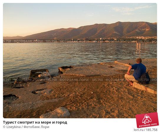 Купить «Турист смотрит на море и город», фото № 185758, снято 27 сентября 2007 г. (c) Liseykina / Фотобанк Лори