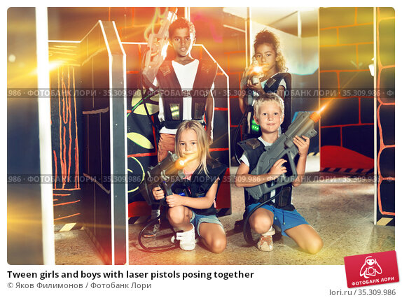 Tween girls and boys with laser pistols posing together. Стоковое фото, фотограф Яков Филимонов / Фотобанк Лори