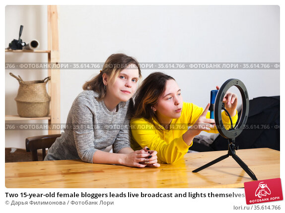 Two 15-year-old female bloggers leads live broadcast and lights themselves with ring lamp. Стоковое фото, фотограф Дарья Филимонова / Фотобанк Лори