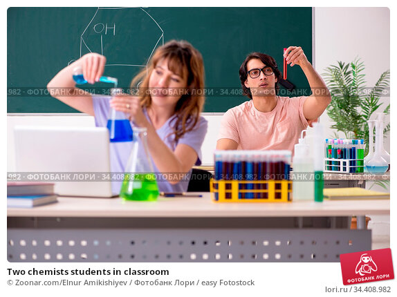 Two chemists students in classroom. Стоковое фото, фотограф Zoonar.com/Elnur Amikishiyev / easy Fotostock / Фотобанк Лори