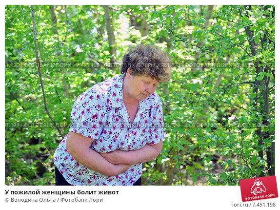 У пожилой женщины болит живот, фото № 7451198, снято 8 мая 2015 г. (c) Володина Ольга / Фотобанк Лори