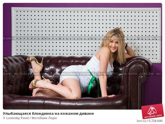 На черном диване нимфа со стройными икрами занимается анальным сексом