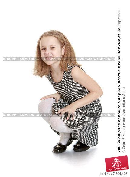 Блондинка на корточках в чёрном платье фото 260-105