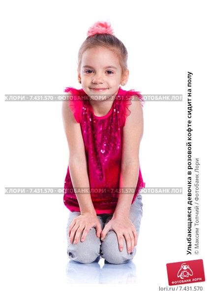 Девочка в розовой кофте с сердцем показывает большой