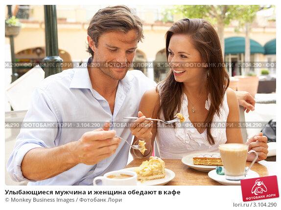 Купить «Улыбающиеся мужчина и женщина обедают в кафе», фото № 3104290, снято 1 сентября 2010 г. (c) Monkey Business Images / Фотобанк Лори
