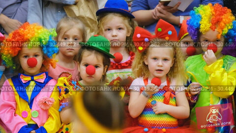 Купить «Unidentified children 4-5 years old in clown costumes at a party», видеоролик № 30449862, снято 14 марта 2019 г. (c) Антон Гвоздиков / Фотобанк Лори