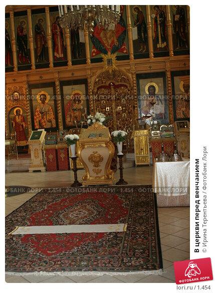 В церкви перед венчанием, эксклюзивное фото № 1454, снято 2 сентября 2005 г. (c) Ирина Терентьева / Фотобанк Лори