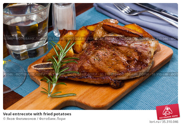 Veal entrecote with fried potatoes. Стоковое фото, фотограф Яков Филимонов / Фотобанк Лори